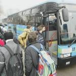 studenti alla fermata dell'autobus